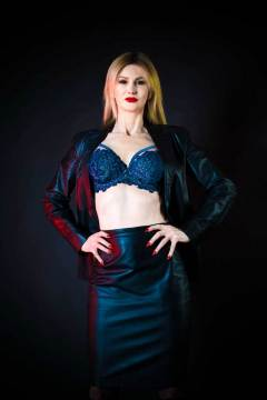 mistress-scarlet-in-leather-jacket-and-bra