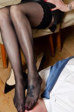 scarlet-both-feet